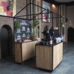De staal-eikenhoten BC koffiebar met backbar
